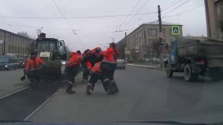 Эпичная битва дорожных рабочих