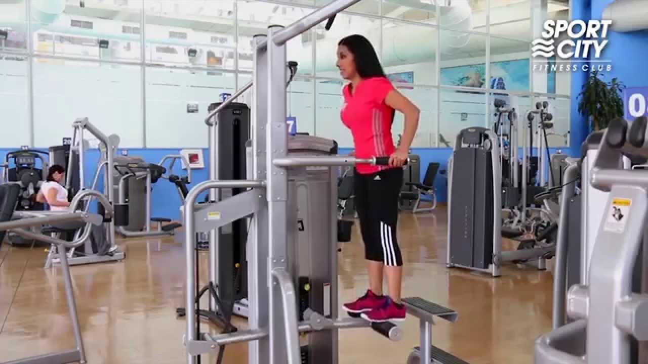 Fondos en m quina asistido rutinas040500 youtube for Maquinas para gym