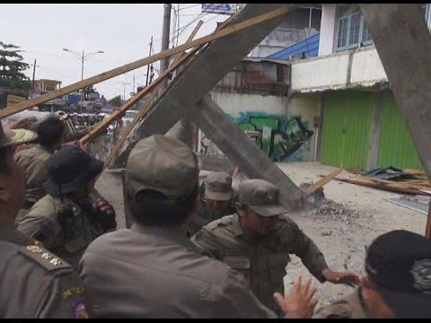 Satpol PP Terkena Reruntuhan Bangunan Yang Dirobohkannya Mp3