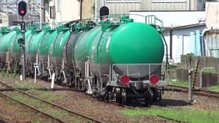 四日市駅前の貨物ターミナルからゆっくりと動き出すDF200形が牽引のタキ1000形石油貨物列車