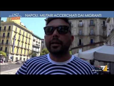 Napoli, militari accerchiati dai migranti