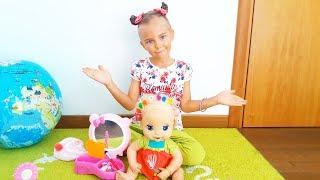 Элина маленький бьюти-блоггер делает макияж и прическу кукле. Видео для девочек