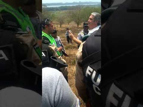 Video Edgar Spinoso AMENAZA de MUERTE y LEVANTA a 2 Empleados de SCT en VegadeAlatorre, Veracruz: Es DENUNCIADO