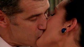 El Doctor Martos y Aitana se besan