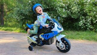 Малыш  играет в прятки с мамой в парке на mini bike  / для самых маленьких детей