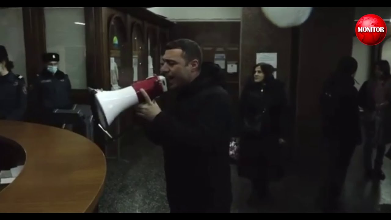 YEREVANDA NÜMAYİŞÇİLƏR HÖKUMƏT BİNASINA DAXİL OLDULAR - VİDEO
