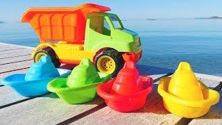 Jeux de sable sur la plage pour enfants. Couleurs en français