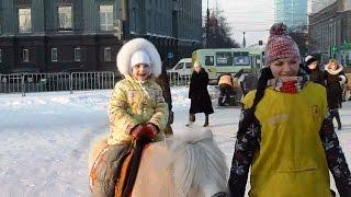 Ледовый городок. Вика катается с горки и на Пони. Видео для детей