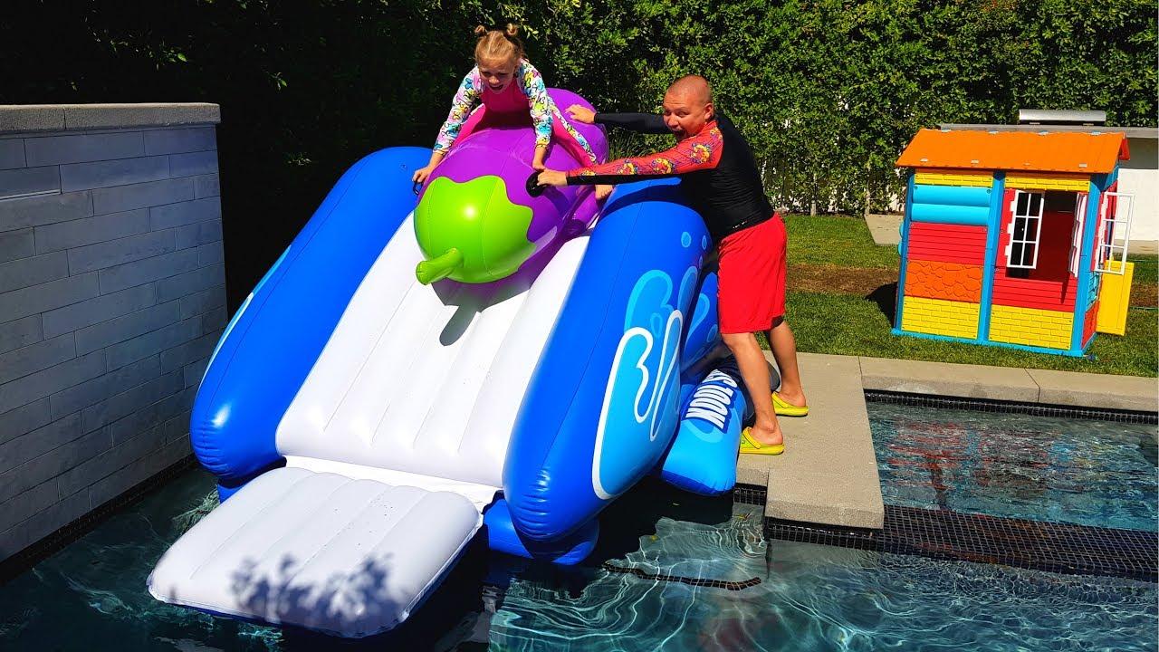 ОБЫЧНАЯ еда ПРОТИВ НАДУВНОЙ / REAL FOOD vs INFLATABLE / дети играют в бассейне с надувашками  Николь