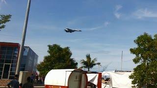Pesawat Tempur Sukhoi Terbang Rendah Di Pantai Losari Makassar