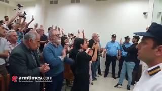 «Ա զա տու թյուն»  Սեֆիլյանին դատարանում դիմավորեցին բուռն ծափերով եւ երկար վանկարկումներով