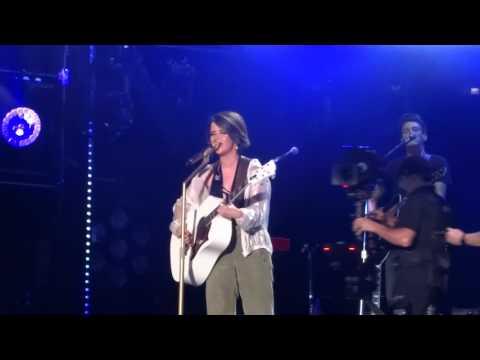 Maren Morris sings