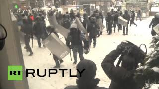 Ukraine: Press seek shelter amid riot violence in Kiev(, 2014-01-22T15:35:49.000Z)
