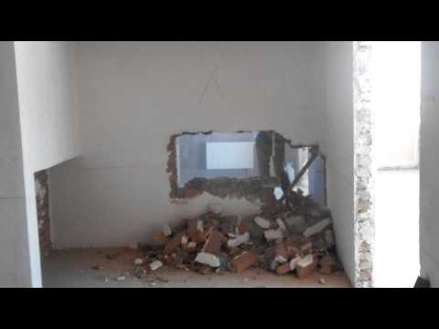 видео: Демонтаж кирпичных стен