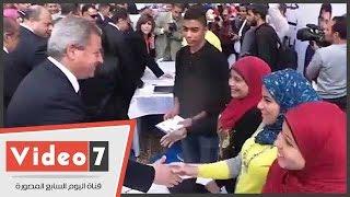 وزير الشباب يداعب طالبات عين شمس: