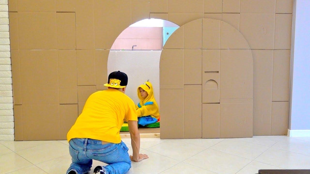 Марк с папой играют в смешную коробку и картонный замок Kids Toys