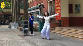 """Bạn Phương Linh học sinh lớp 12 với tiết mục múa """" Mùa Thu """" chia sẻ cùng các bạn"""