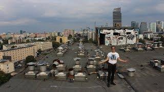 Na dachu opuszczonego wieżowca w środku Warszawy