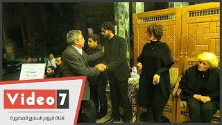وزير الثقافة الأسبق يقبل رأس زوجة الراحل