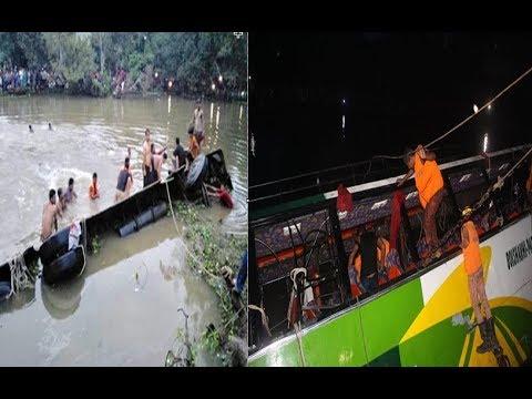 দেখুন,যাত্রীবাহী বাস পুকুরে, তল্লাশি চালাচ্ছে ডুবুরিরা / See, the passenger bus pond, searching