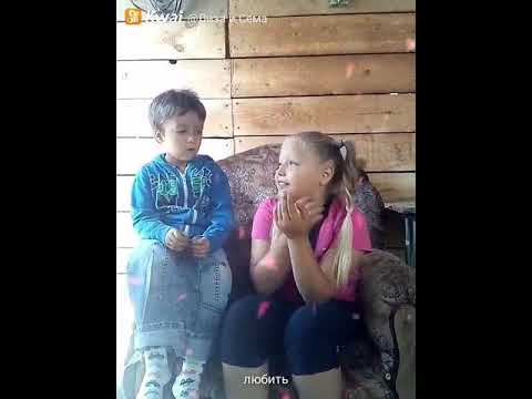 Сестренка учит брата