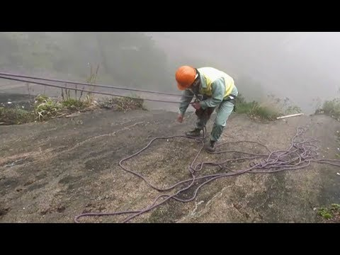 Cleaners live on the edge at China's Huangshan Mountain