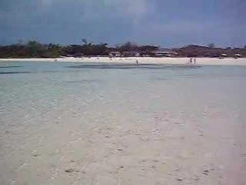 コンドイビーチの沖の砂浜からのパノラマ
