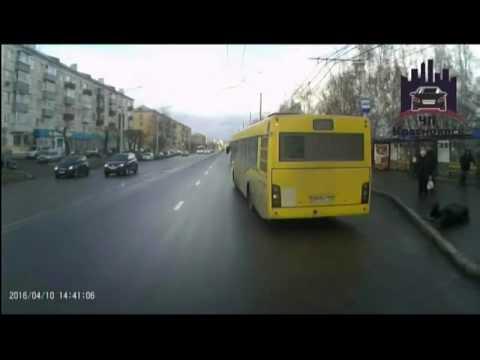 В Красноярске из отъезжающего с остановки автобуса выпал пассажир
