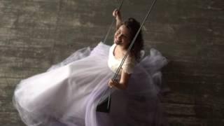Пышное безкорсетное свадебное платье с кружевным лифом и лиловой юбкой
