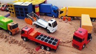 Gambar cover brincando na fabrica com caminhão bau, caminhão do lixo, carrinho de brinquedo