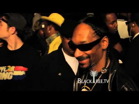 Snoop Dogg Gives Wiz Khalifa some weed to Roll Up in the Club