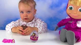 子供が開き、マッサとクマの驚きの卵で遊ぶ