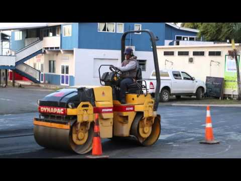 Iles Cook Rarotonga Avarua Ouvriers de la route / Cook islands Rarotonga Avarua  Road workers