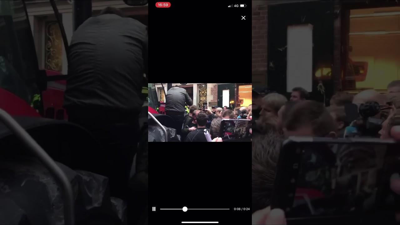 Trekker rijd  voordeur provinciehuis eruit. Boerenprotest