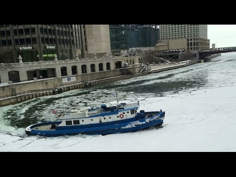 RAW: Boat cuts through ice on Chicago River