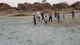 Репортажи из племени охотников-собирателей Хадзабе. Играем с детьми.