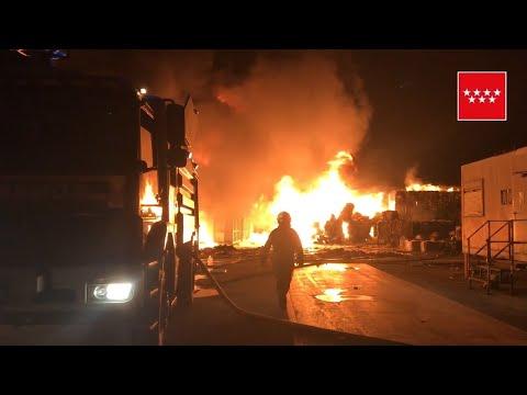 Espectacular incendio en una nave de reciclaje de Alcorcón