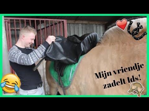 Mijn (Niet Paarden) Vriendje Zadelt Ids! | HorseTube
