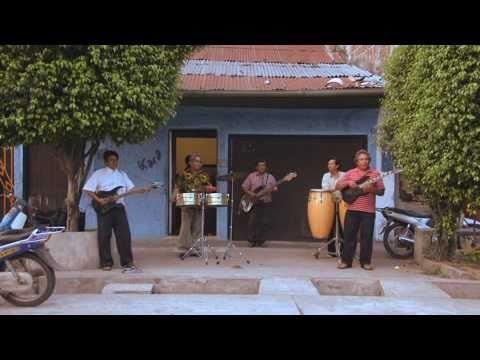 Los Wemblers de Iquitos play La Danza del Petrolero