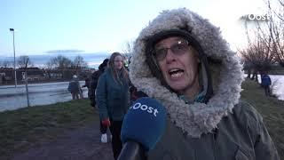 Tientallen vrijwilligers in Zwolle sjouwen met brokken ijs om hun schaatsbaan te redden