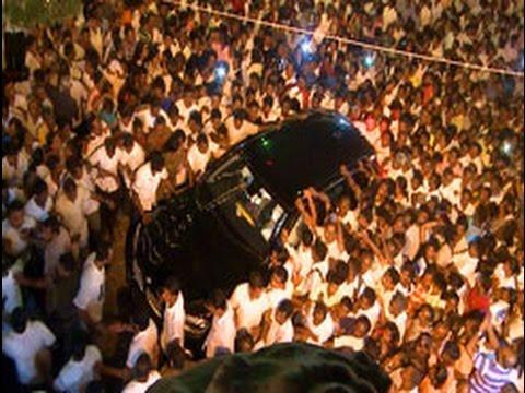 Mahinda Rajapaksa worships at Bellanwila Rajamaha Viharaya