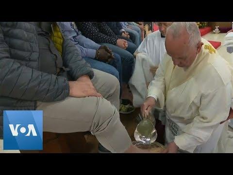 Le pape François embrasse les pieds de douze prisonniers, dont un Marocain