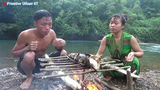 Survival Smart Girl at river meet big catfish - Primitive Skills Cooking Fish - Eating delicious