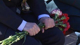 Возложение цветов на воинском мемориале