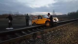 Поезд сбивает ниву г. Омск