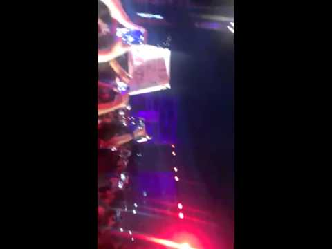 Jessie J singing with a 11 years old girl, Lebanon