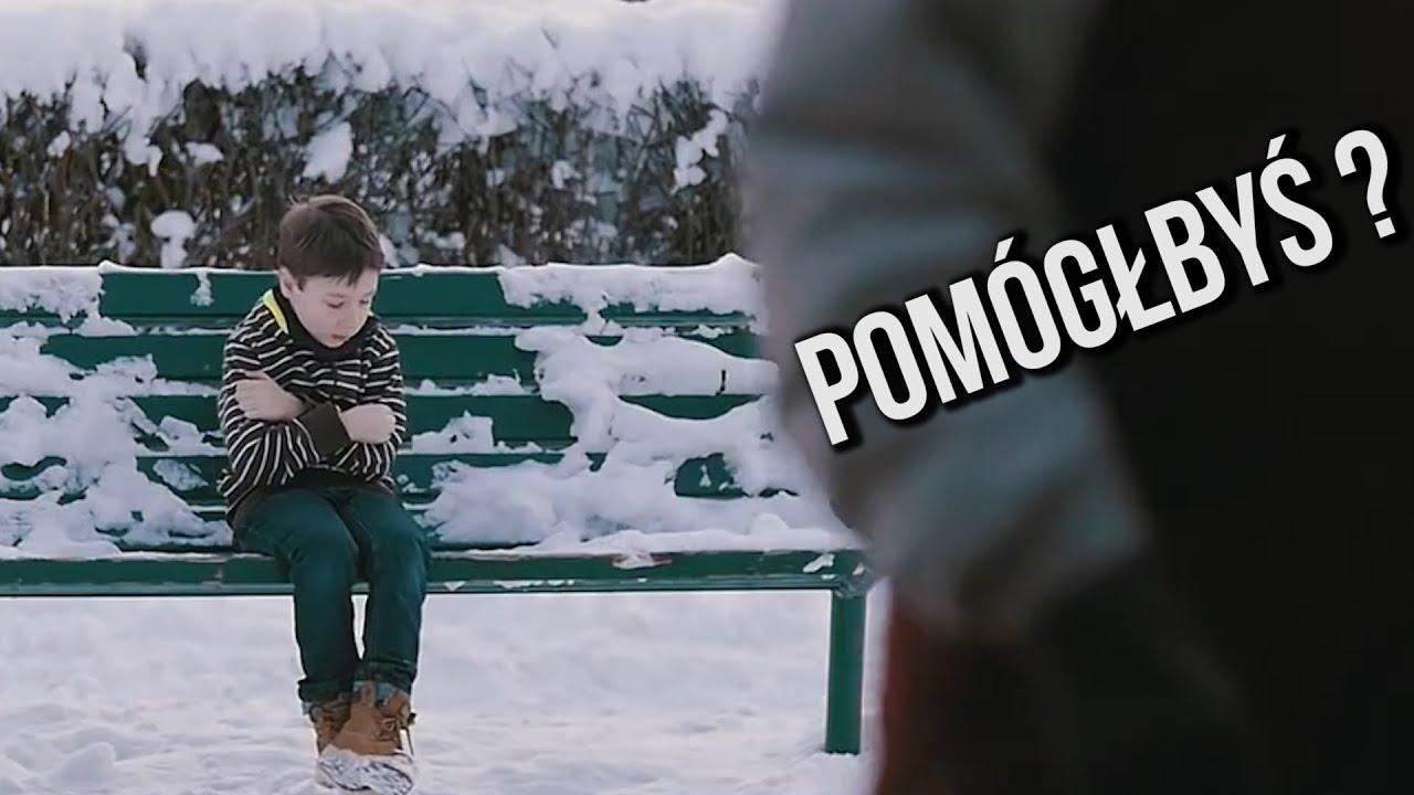 Samotny chłopiec siedzi na ławce bez kurtki. Jak zareagują Polacy?