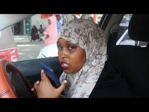 شاهد: شابة صومالية تتحدي المفاهيم الذكورية بعملها كسائقة سيارة أجرة في مقديشو…