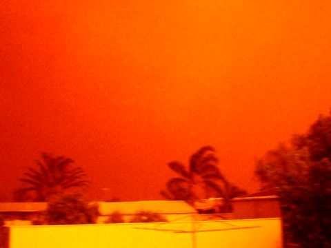 Broken Hill comes over pitch black during a dust storm