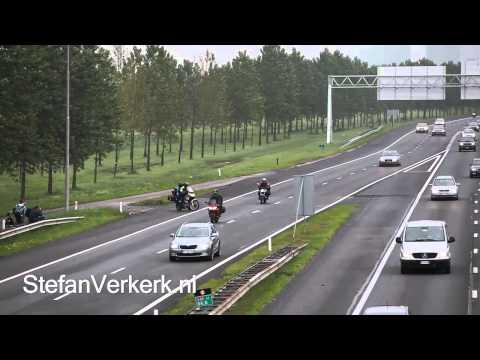 Franse motorrijder steekt snelweg over - ©StefanVerkerk.nl